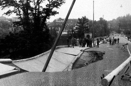Einsturz der Lorrainebrücke oberhalb einer Baustelle innerhalb des Botanischen Gartens (1948)